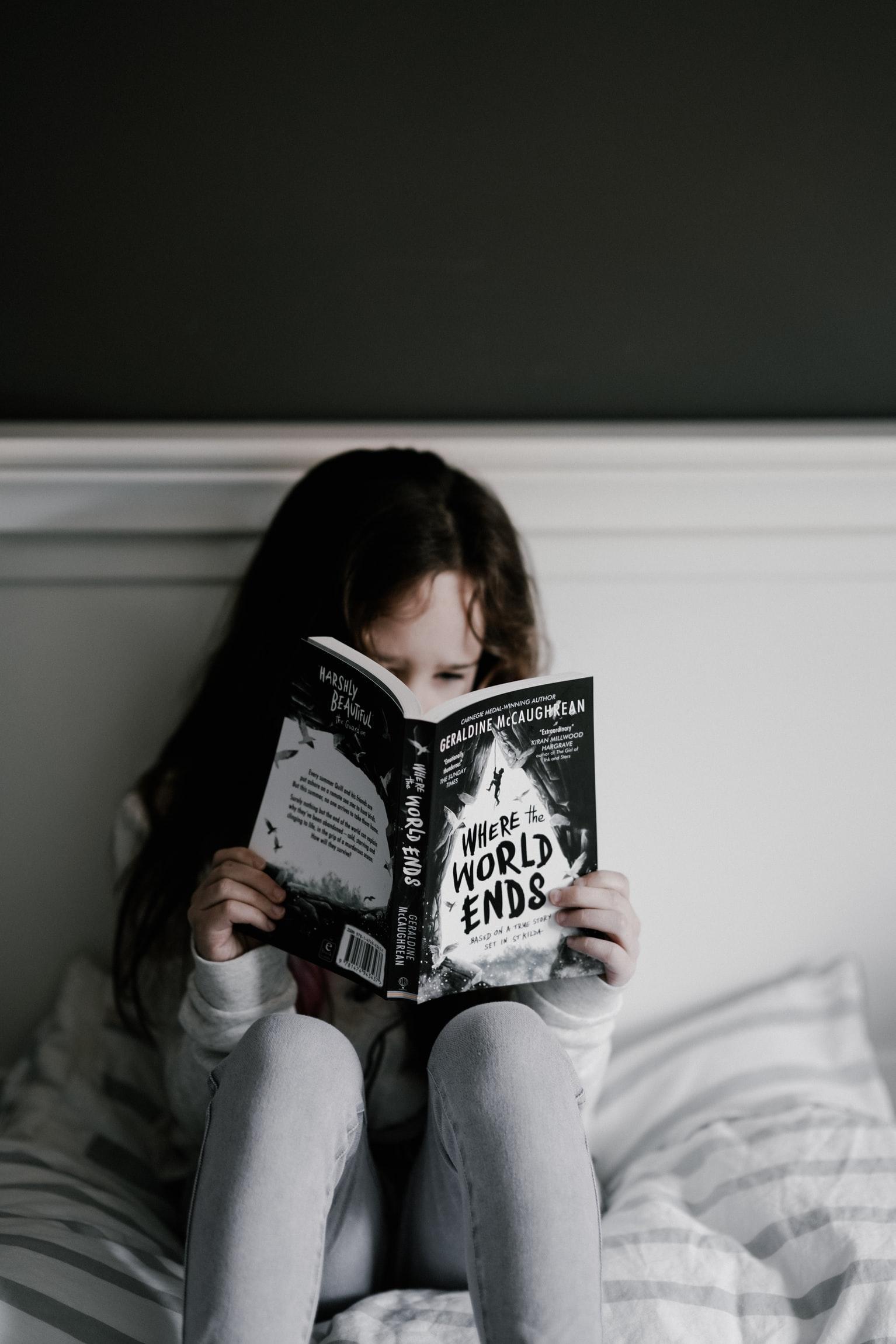 девочка читает 2