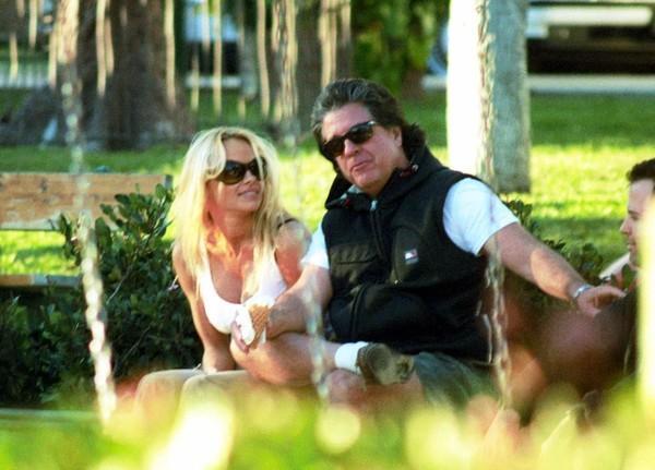 «Старый дурак»: Джон Питерс погасил долг Памелы Андерсон в 200 тысяч долларов, а она рассталась с ним через 12 дней после свадьбы