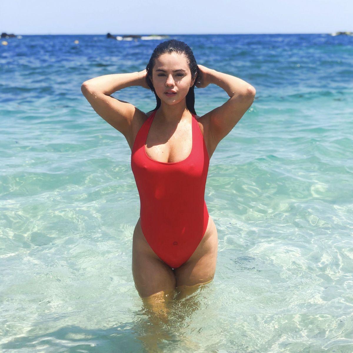 Ода красному купальнику – 10 знаменитостей в культовой пляжной вещи