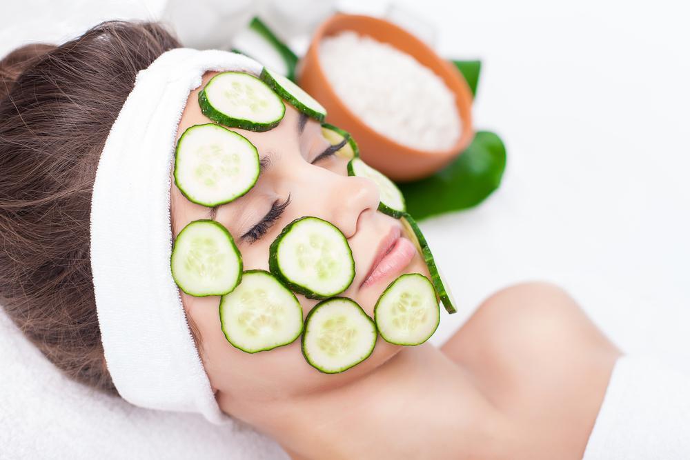 Как сэкономить на салонах красоты и косметологах: процедуры, которые можно и нужно делать дома
