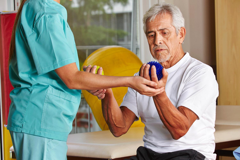 Врач-реабилитолог рассказал, как распознать инсульт и вовремя вызвать скорую помощь: симптомы, реабилитация, профилактика болезни