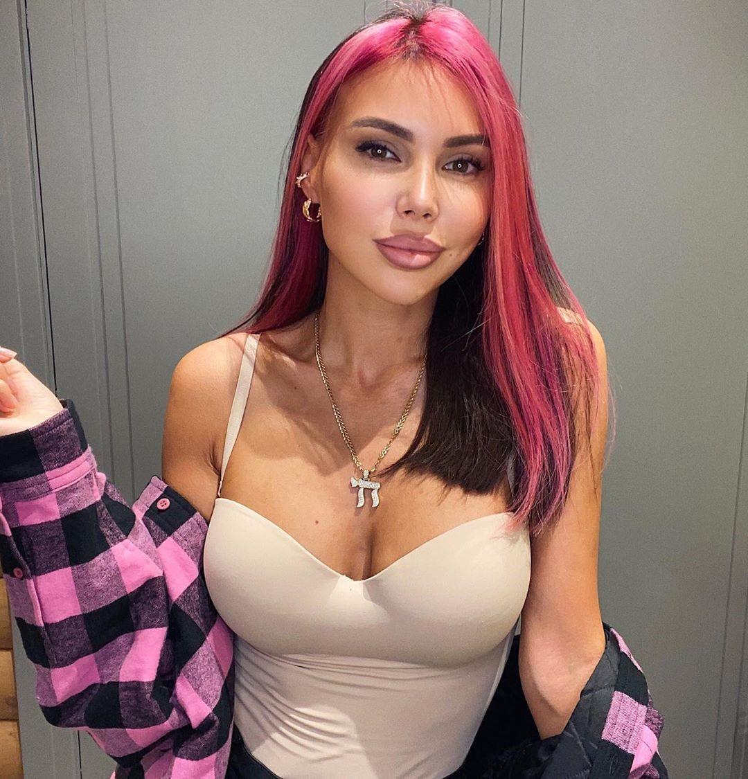 «Беру от жизни всё»: Оксана Самойлова покрасила волосы в розовый цвет – реакция дочерей и поклонников