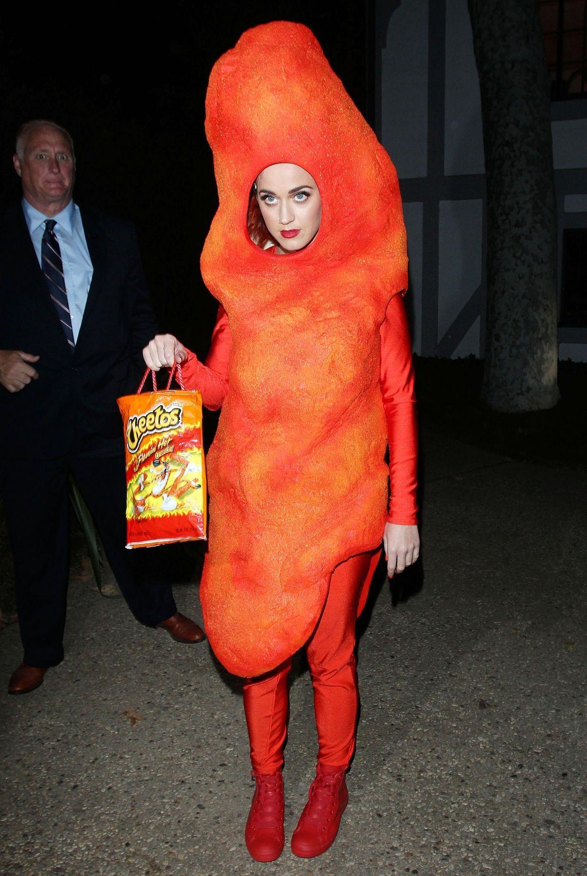 Белла Торн примеряет костюм на Хэллоуин
