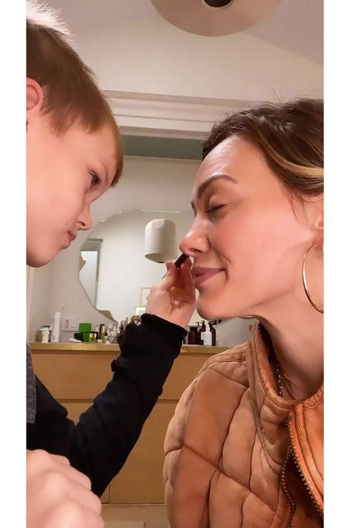 Самый милый челлендж: звёзды поручили своим детям поработать их визажистами