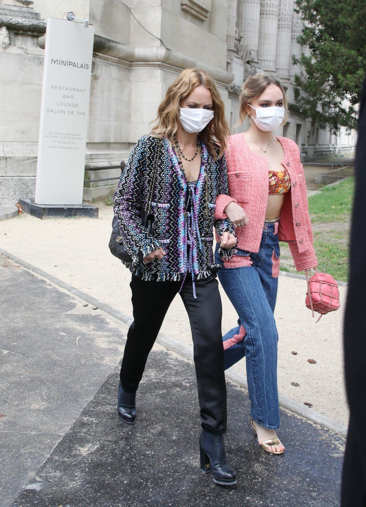 Мамина дочка: Ванесса Паради и Лили-Роуз Депп посетили показ Chanel