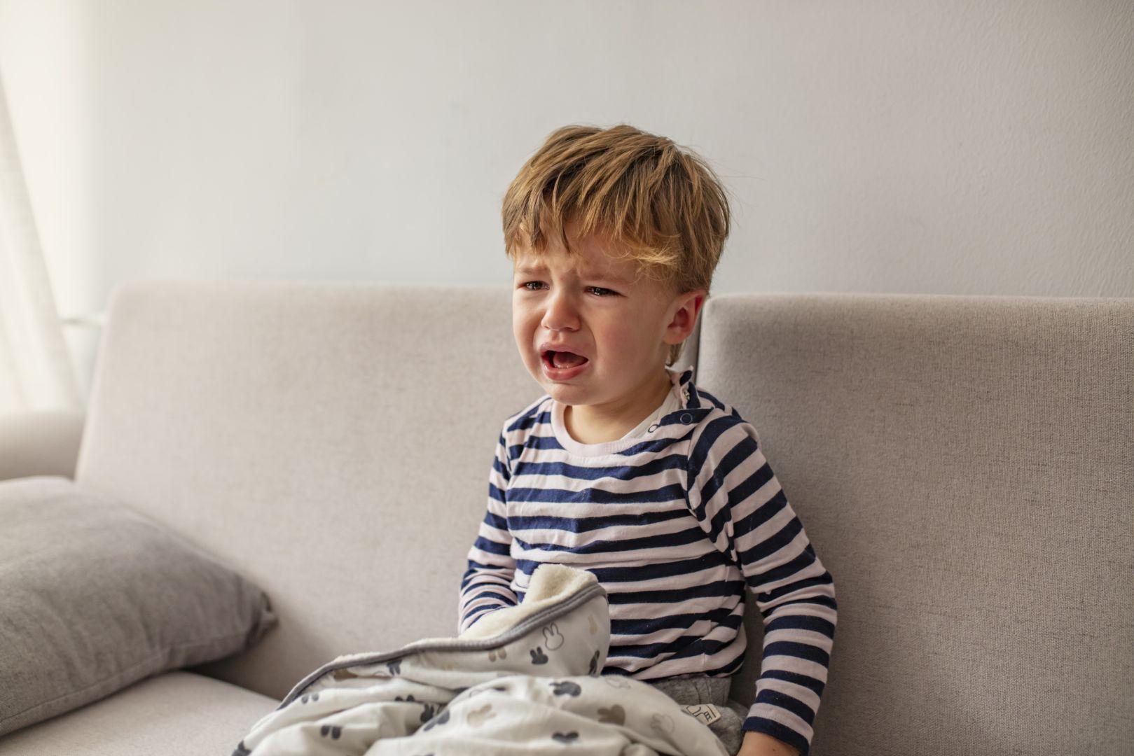 мальчик плачет 2