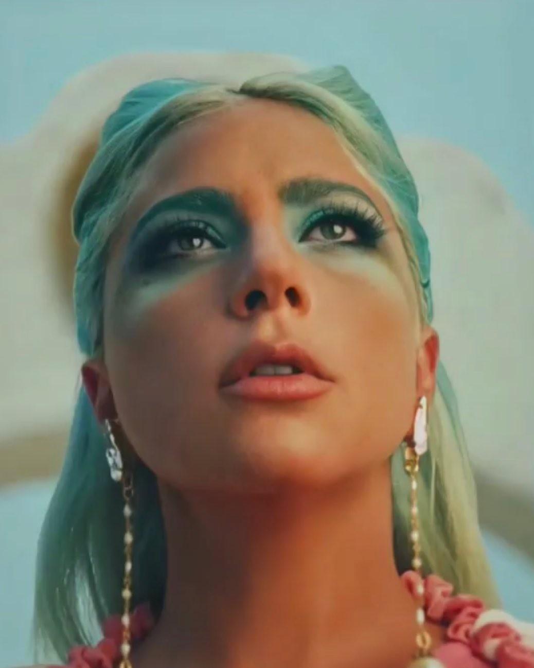 Эксцентричная королева: макияж с узорами на лице Леди Гаги привёл поклонников в неописуемый восторг