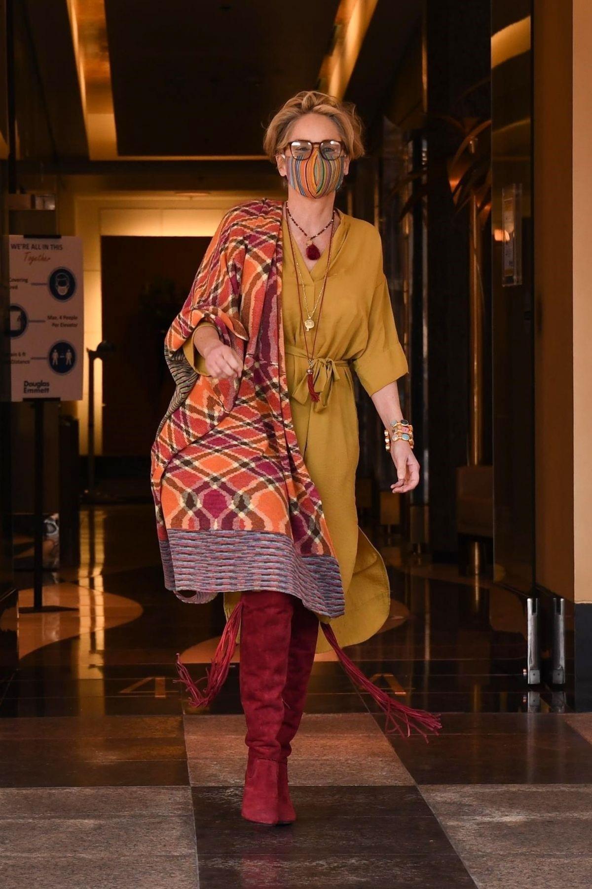62-летняя Шэрон Стоун поразила поклонников потрясающим уличным образом и точёной фигурой