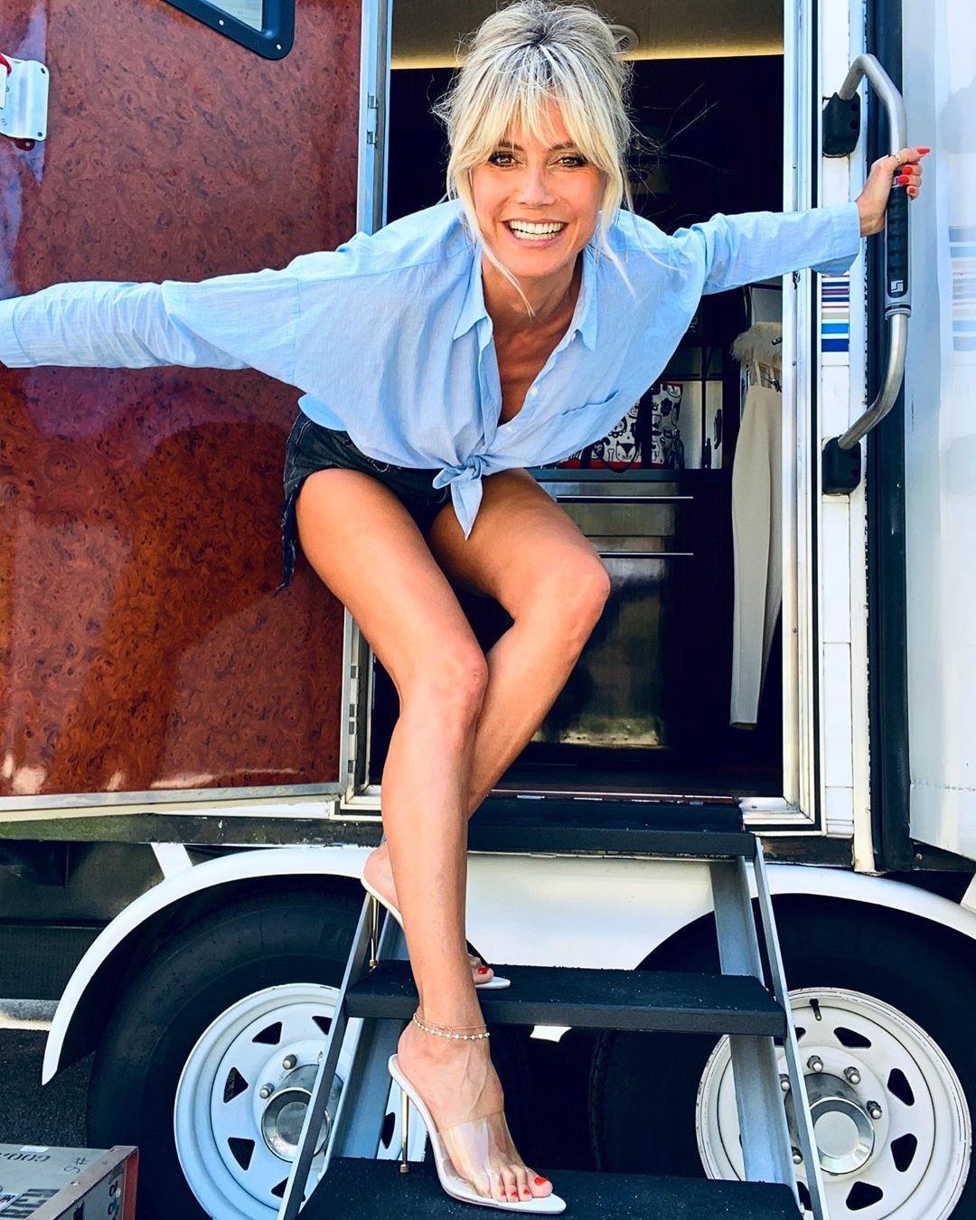 Вечно молодая Хайди Клум похвасталась длинными стройными ногами в ошеломительных образах