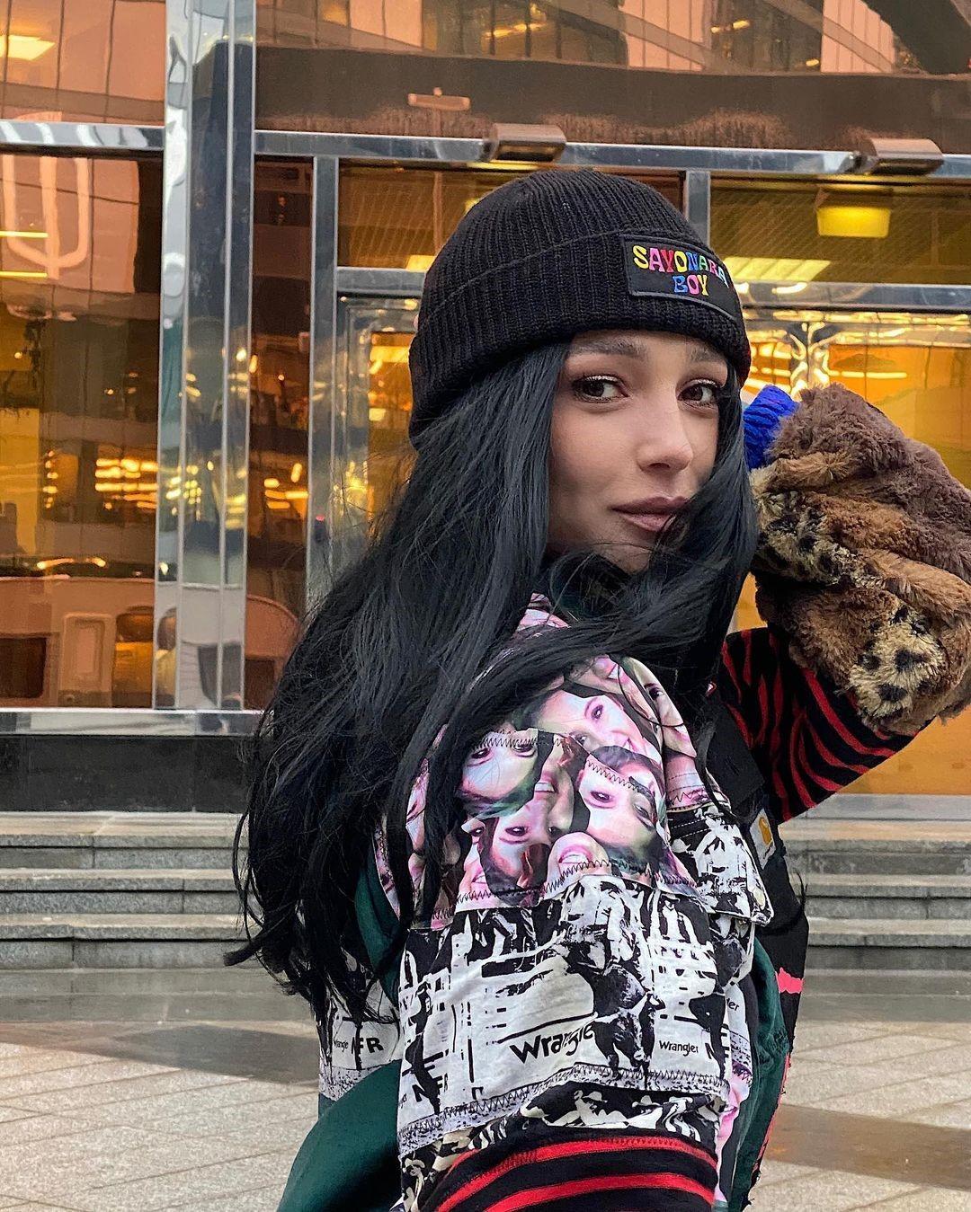 Анастасия Ивлеева стала длинноволосой брюнеткой и взволновала поклонников фразой: «Всё когда-то заканчивается»