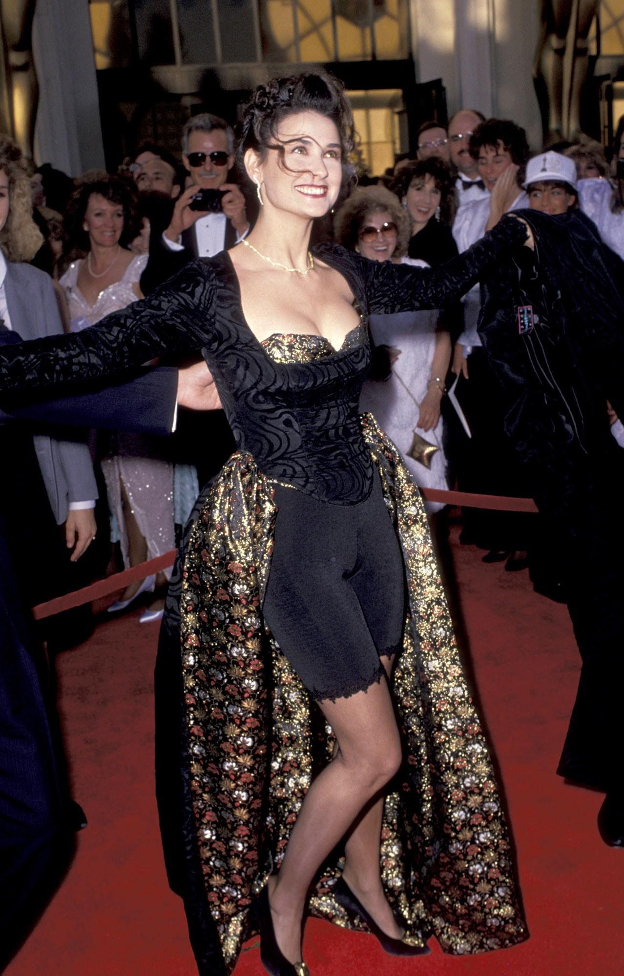 В день рождения звезды: Деми Мур и эволюция её стиля на красных дорожках