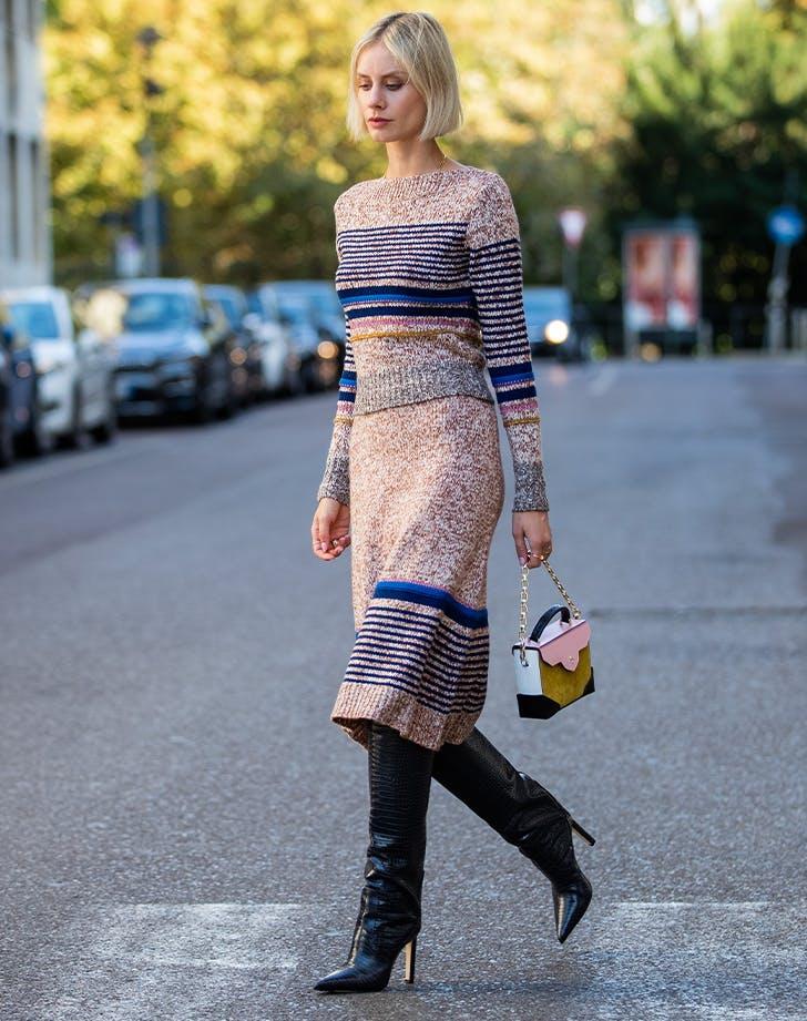 высокие сапоги с длинным приталенным платьем