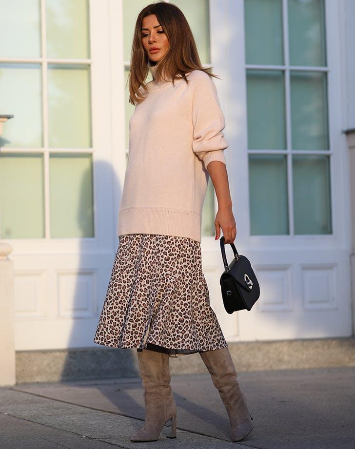Широкие сапоги на каблуке с юбкой-миди и свитером