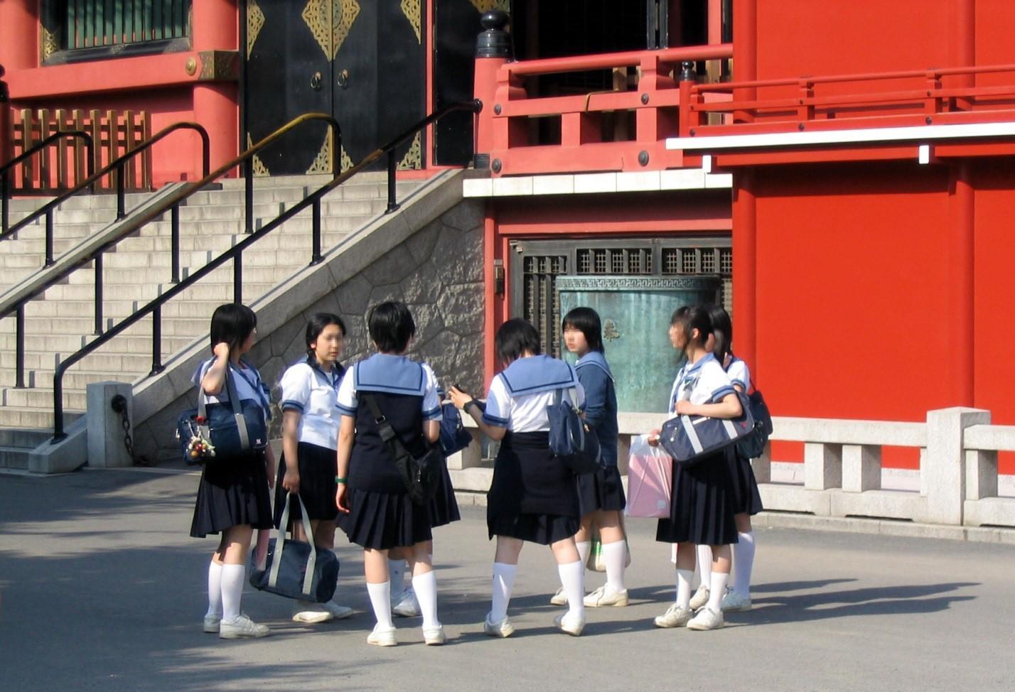Японские ученицы средней школы в форме