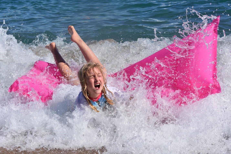 девочка в море