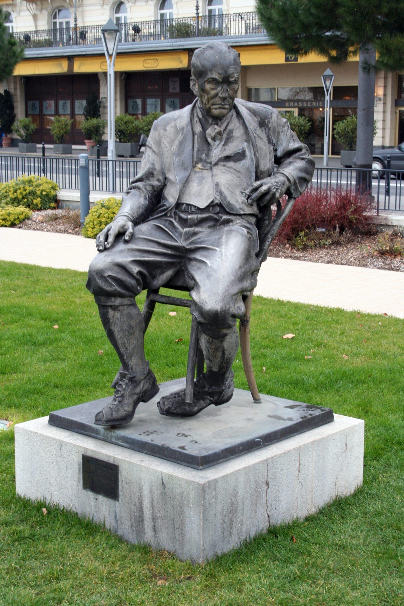 Памятник Владимиру Набокову