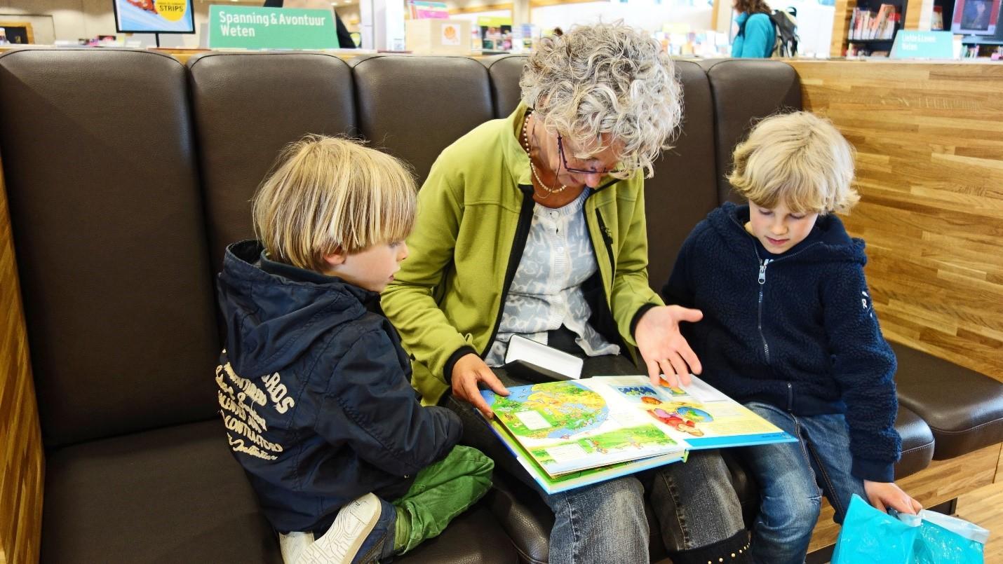 бабушка читает внукам