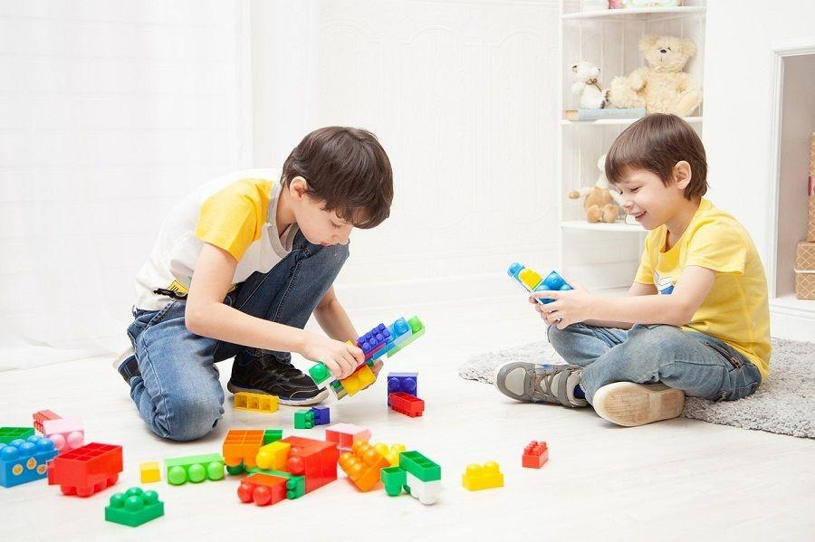 дети собирают конструктор
