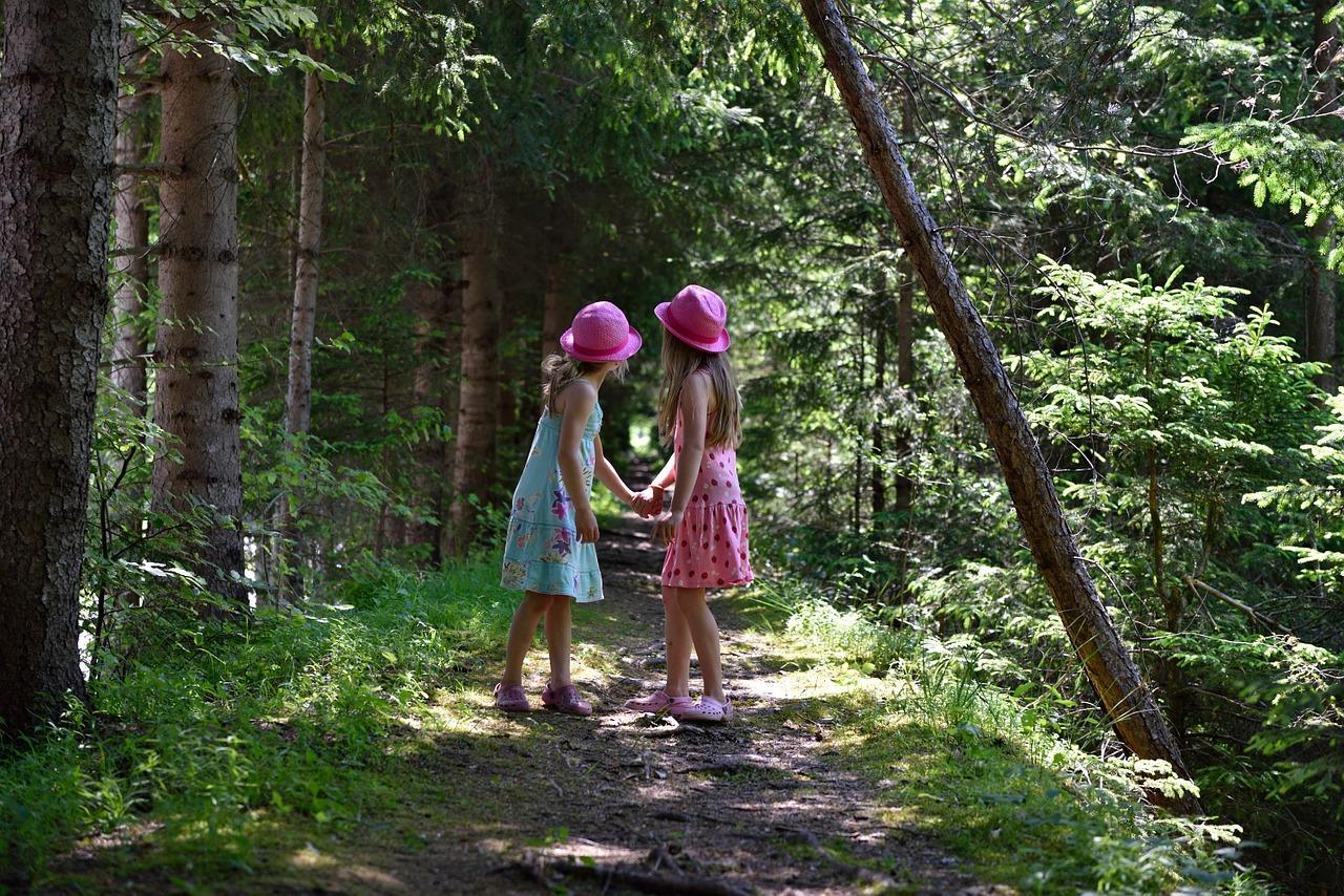 девочки в лесу