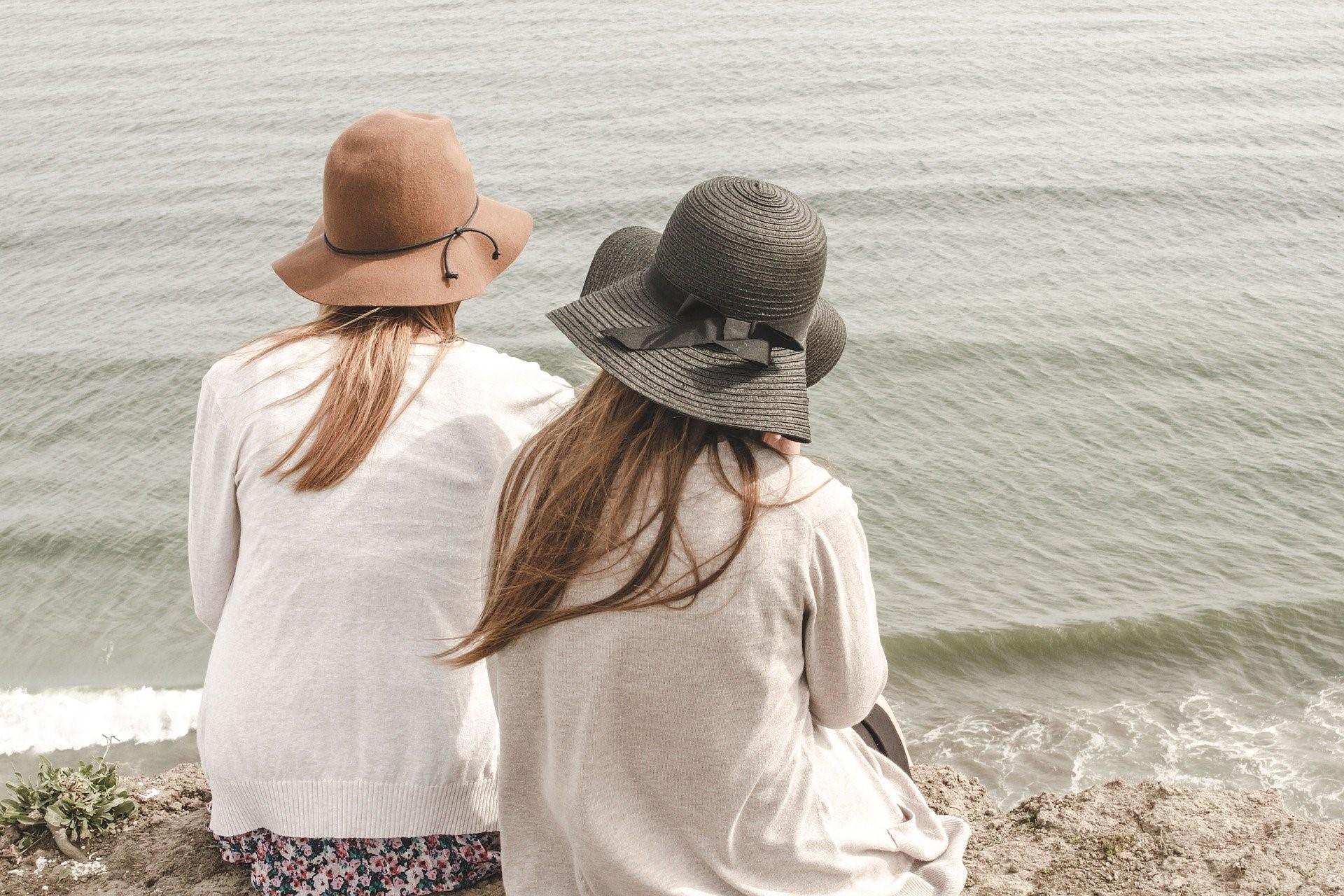подруги в шляпах