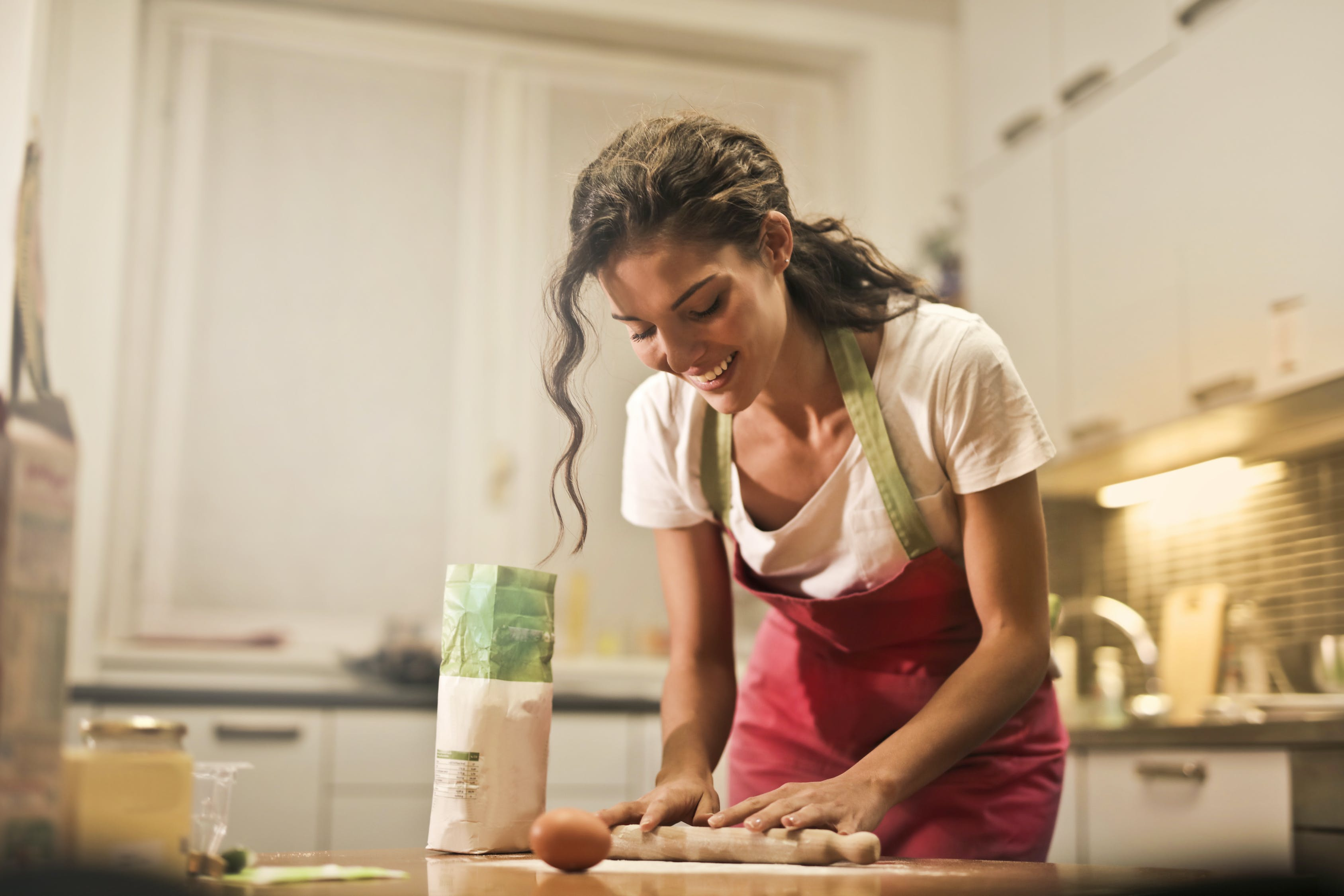 женщина готовит
