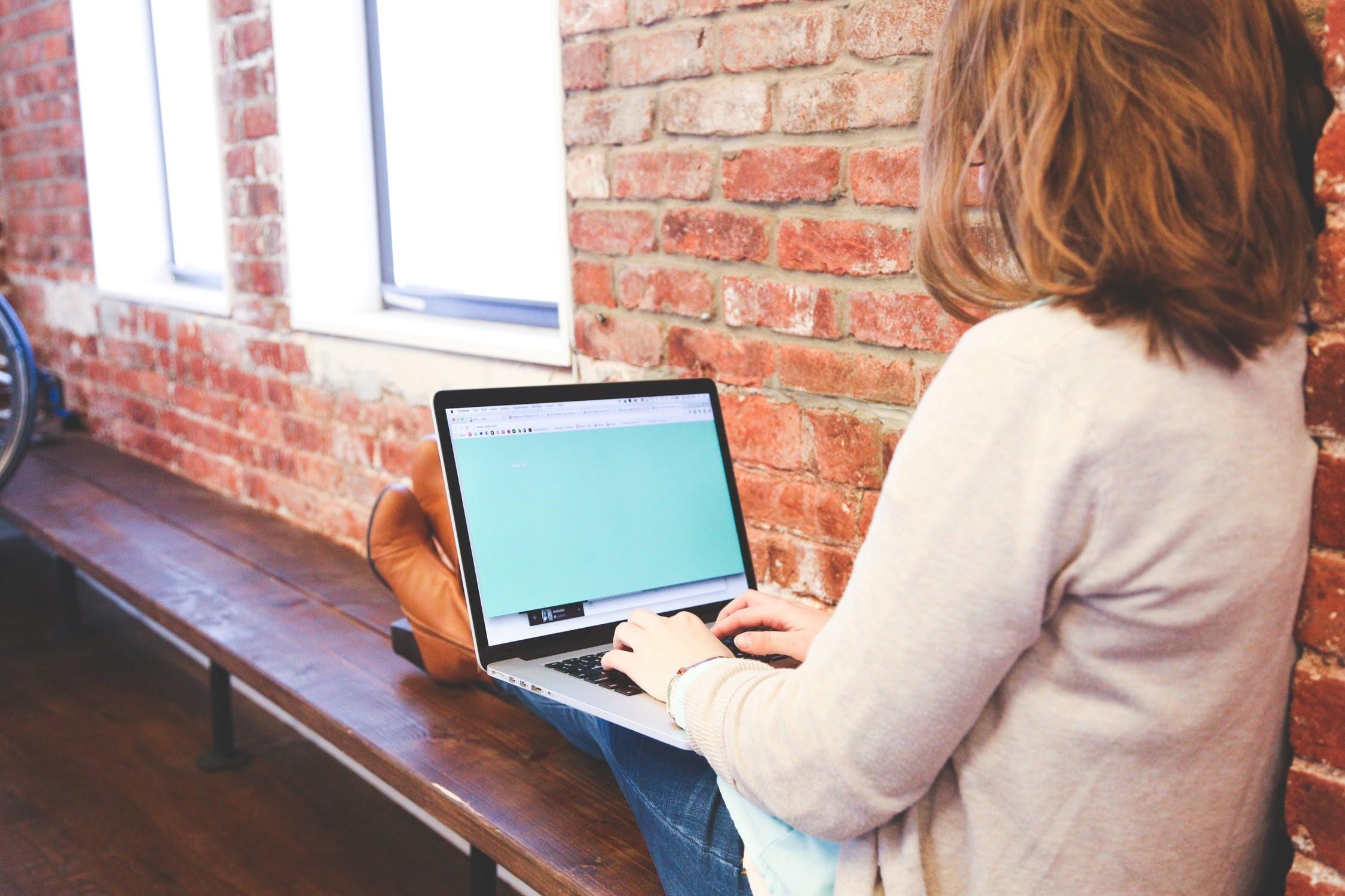 женщина за компьютером 2