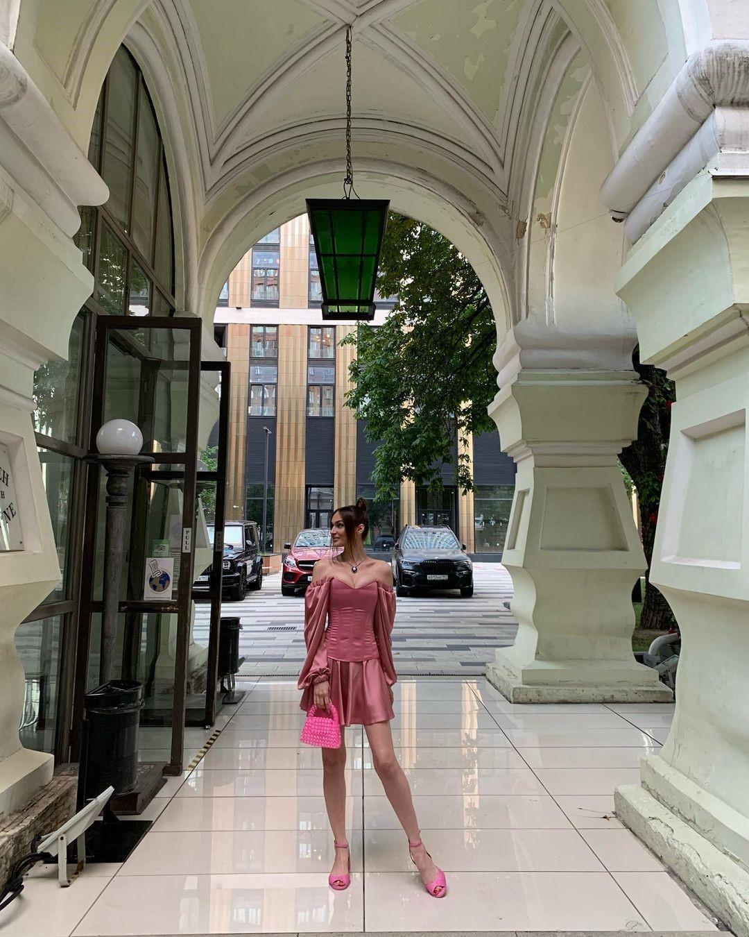 Почему платье Алёны Водонаевой назвали безвкусным и неподходящим для матери? Разбираемся вместе с психологом и стилистом