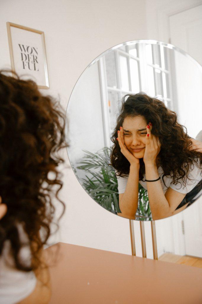 Нерешительность – наш тайный друг: психолог назвала 5 причин, по которым нам выгодно быть неуверенными