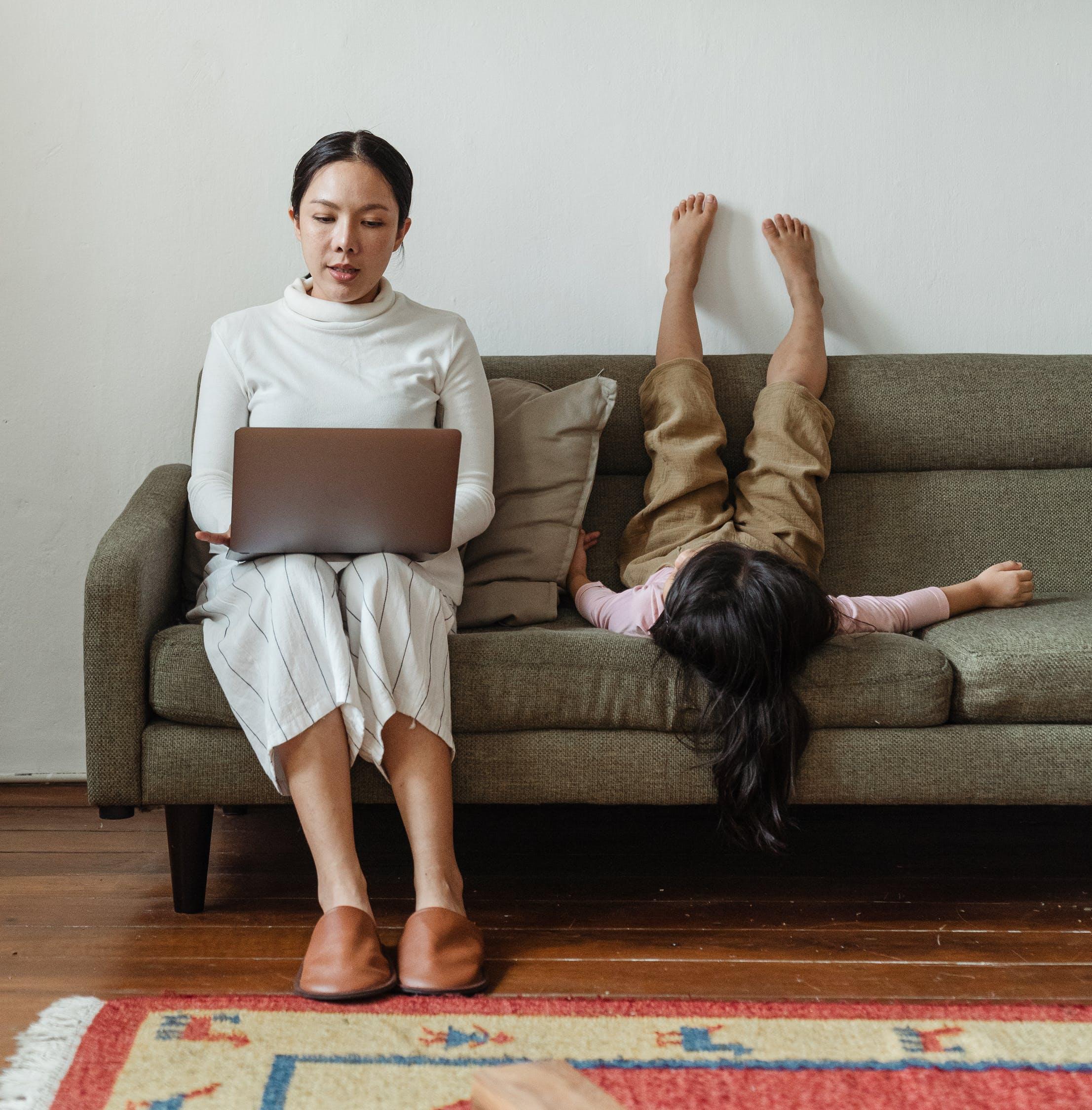 Декрет и карьерный рост: топ-5 профессий для мам, которые хотят больше времени проводить с ребёнком