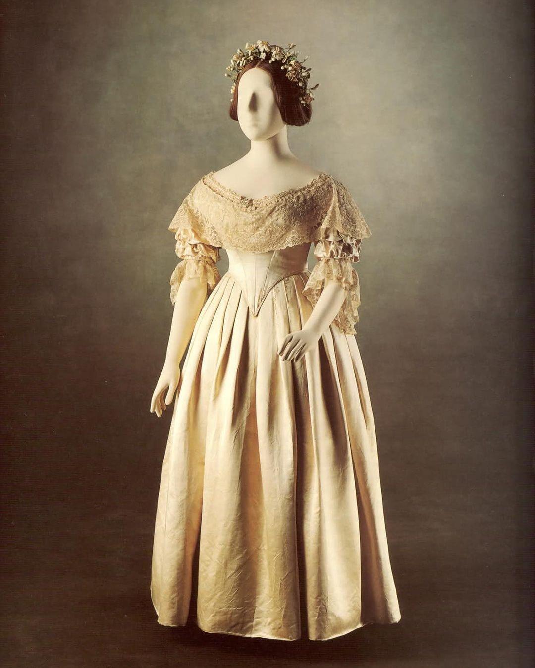 Наряд невесты: почему свадебное платье белое и каким оно было раньше в России и Западных странах
