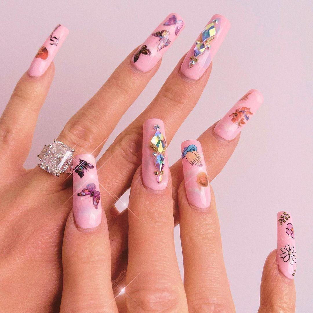 Маникюр со стразами и кристаллами на длинные ногти: эпатаж и максимализм сезона 2021-2022