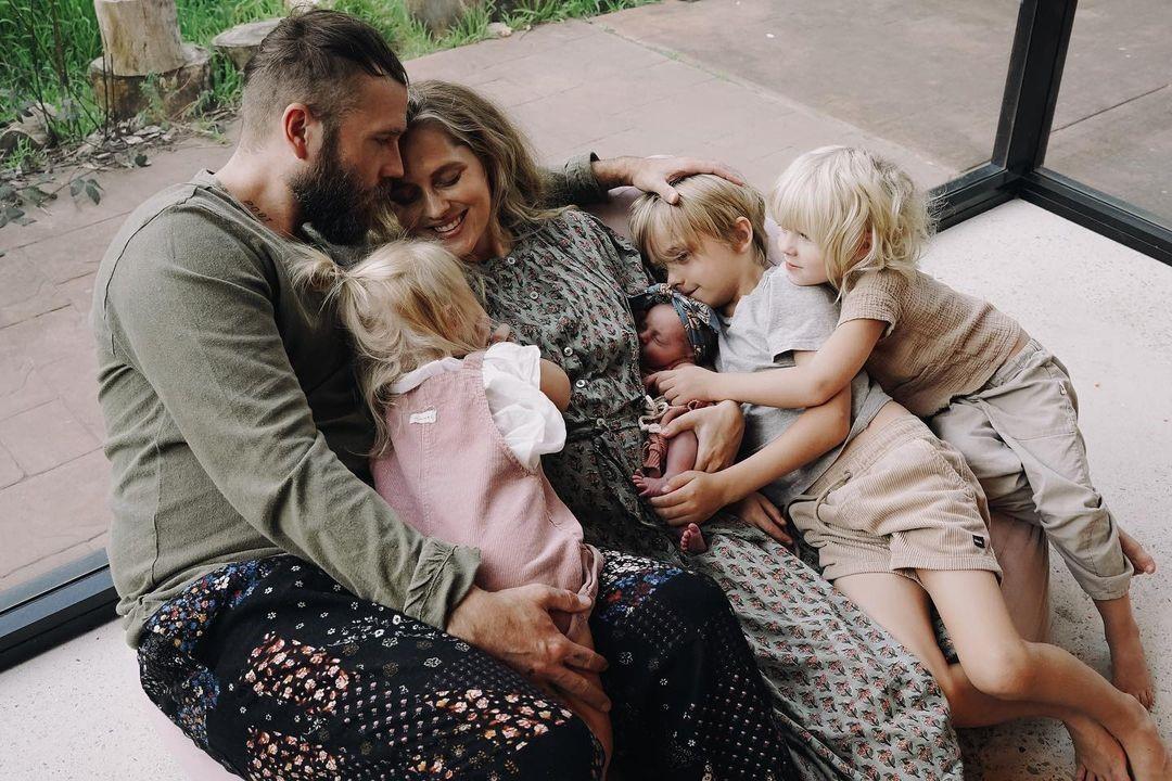 Многодетная актриса Тереза Палмер рассказала о необходимости отдыха после родов: «Мама должна заботиться о себе»