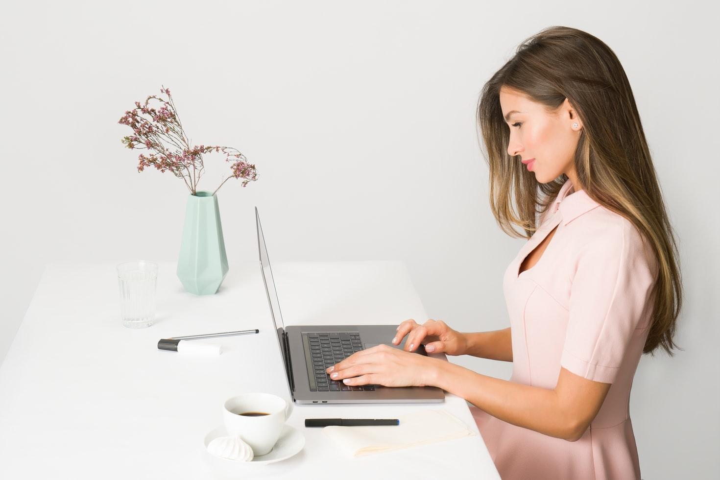 женщина работает