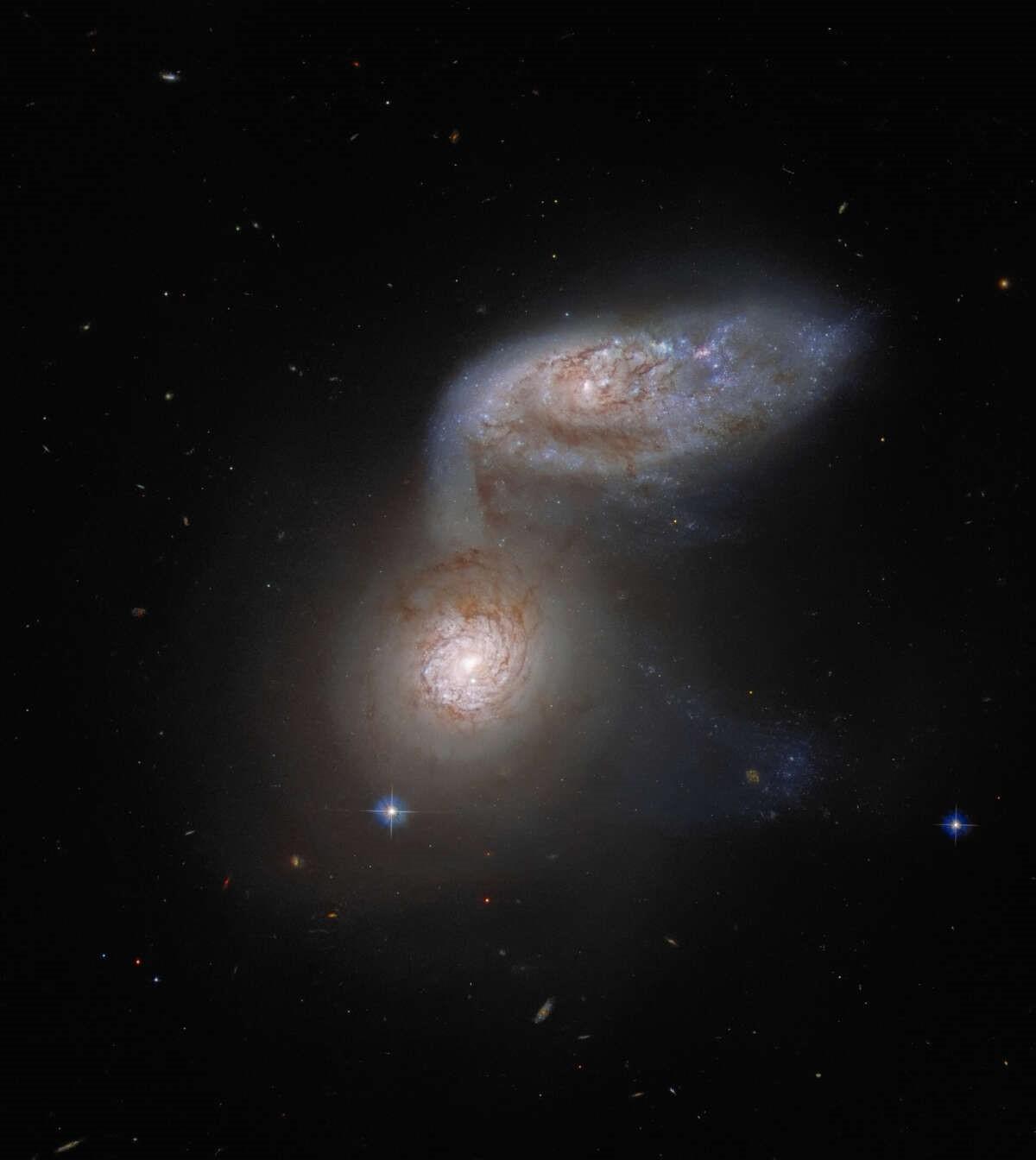 Телескоп Hubble запечатлел сливающиеся друг с другом галактики