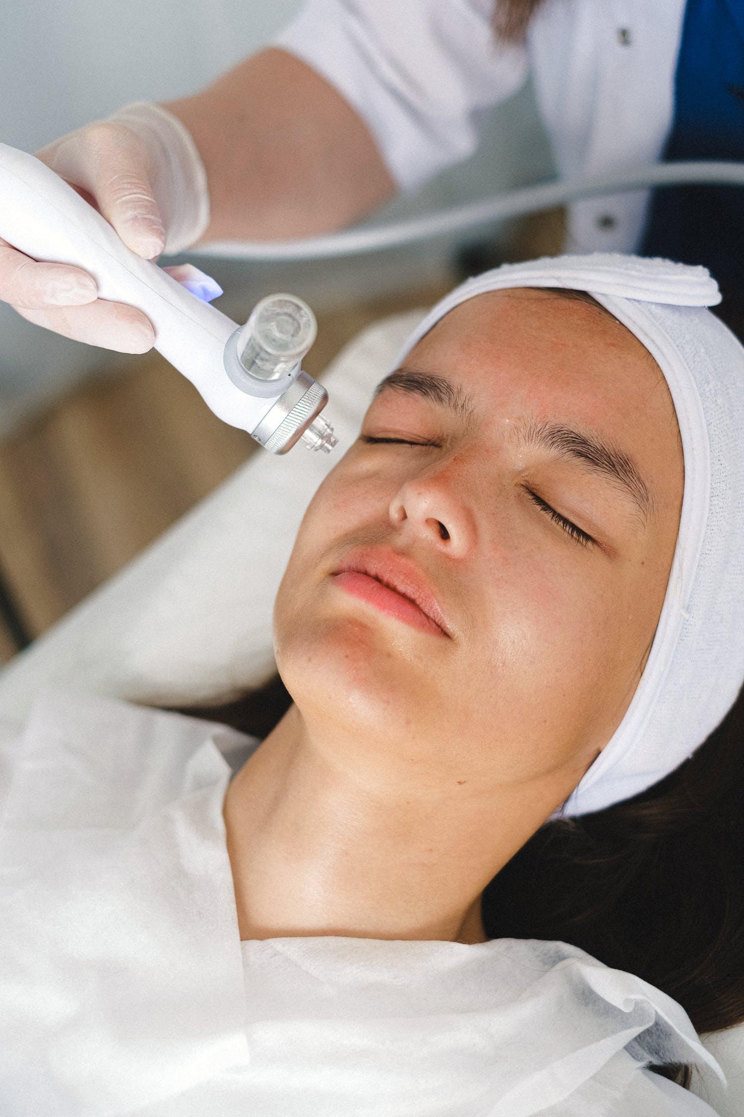 Лазерная эпиляция: эффект, общие показания, противопоказания, плюсы и минусы процедуры